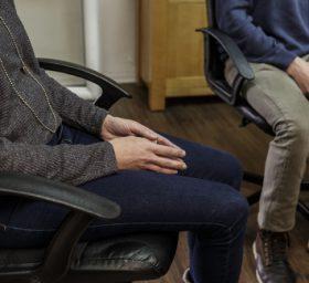 גבר ואישה ישובים בכסא משרדי