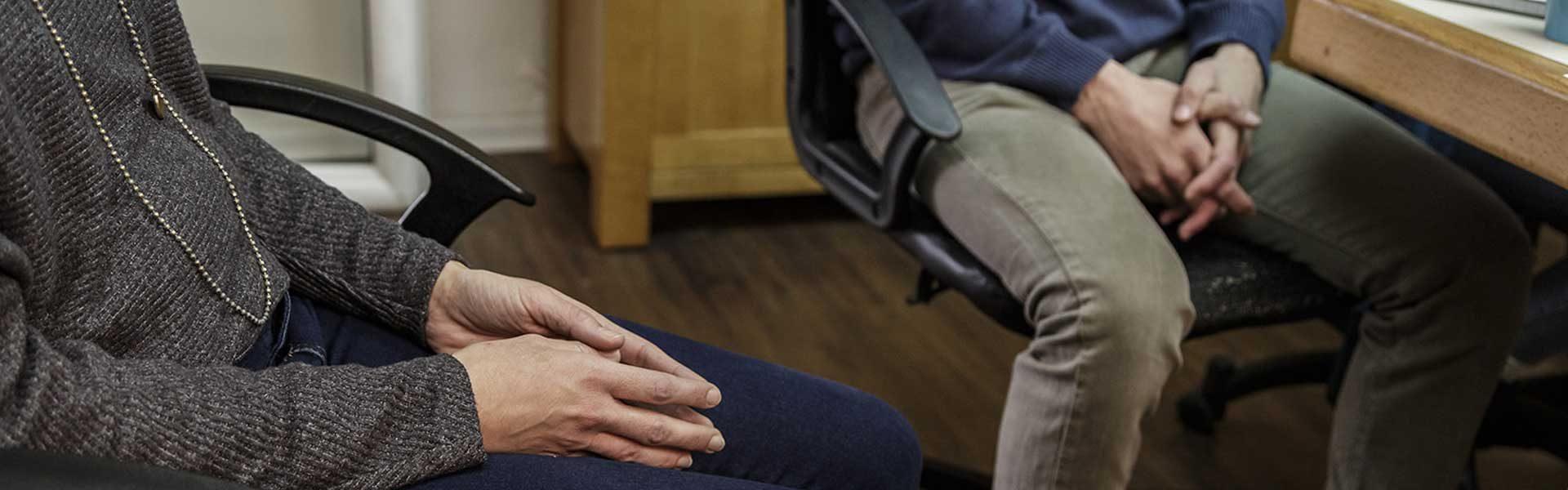 זוג ישובים על כסאות משרד
